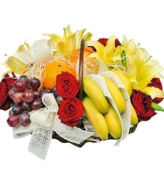Fleurs et fruits dans un panier
