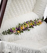 La décoration de cercueil Trail of Flowers™ de FTD®