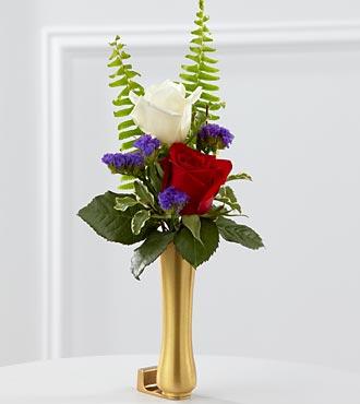 Le vase de boutons de fleurs rouges, blanches et bleues pour mausolée de FTD®